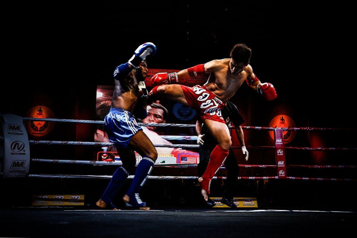Nữ cao thủ Muay Thai xinh đẹp vờ như không biết võ, quật ngã 2 thanh niên trong phòng tập gym