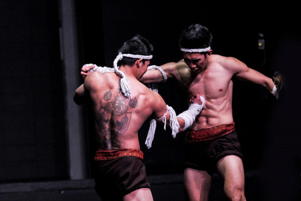 โดนเตะก้านคอสลบ – มวยไทย vs มวยฝรั่ง : Muay Thai Dangerous
